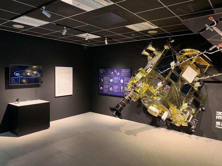 「はやぶさ2」実物大模型の展示