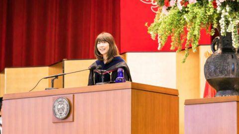 大阪学院大学の全天候型Bグラウンドが完成 ― 同大の入学式で祝辞を贈った卒業生の高橋尚子氏が試走