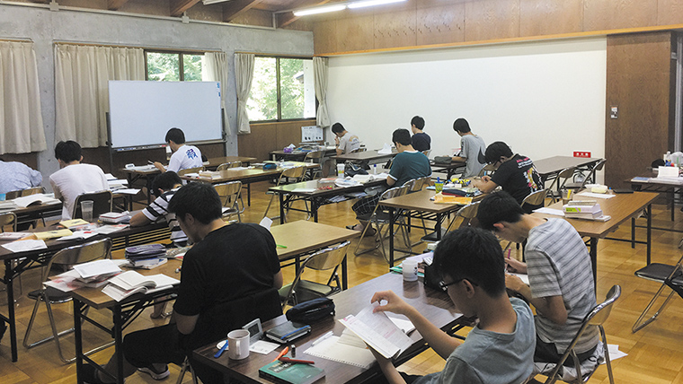 学校施設である大町学習室で行われる9泊10日の高3対象勉強合宿